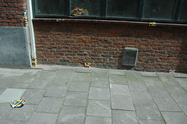 brique de legos dans un mur en ville construit par jan vormann